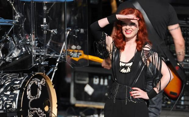 the-queen-rocking-the-stage-shirley-manson-30982024-620-385